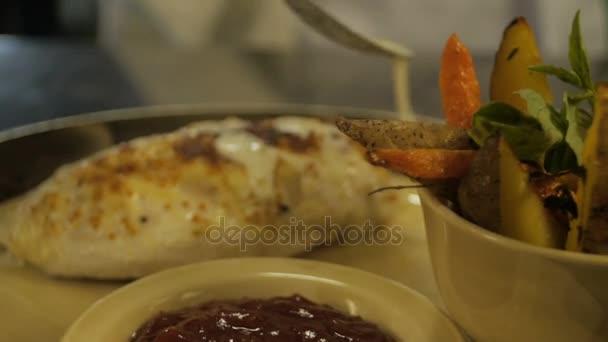 Smetanová omáčka se nalije na grilování maso s brambory