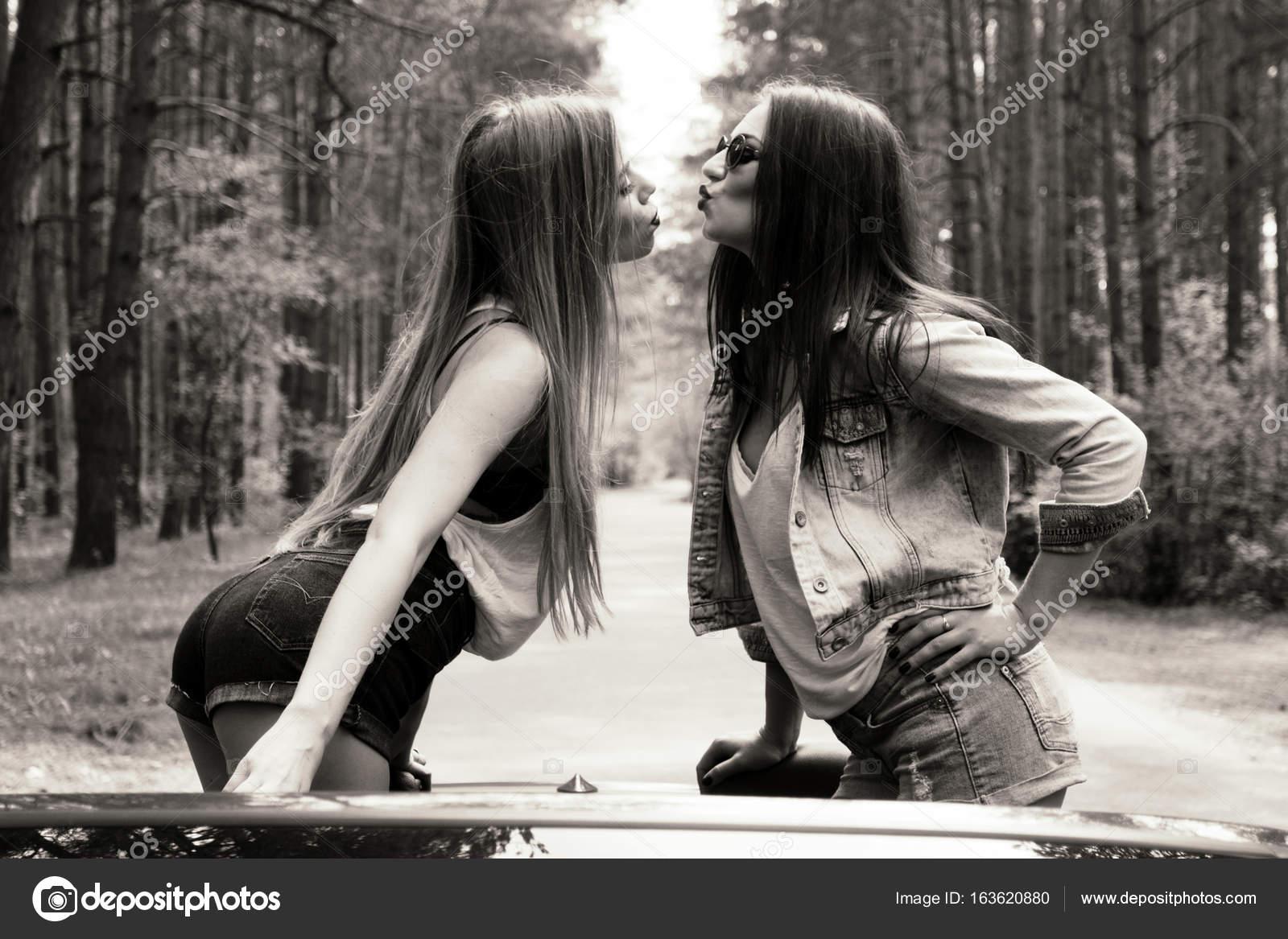 Zwei Coole Mädchen Die Spaß Im Cabrio Schwarz Weiß Stockfoto