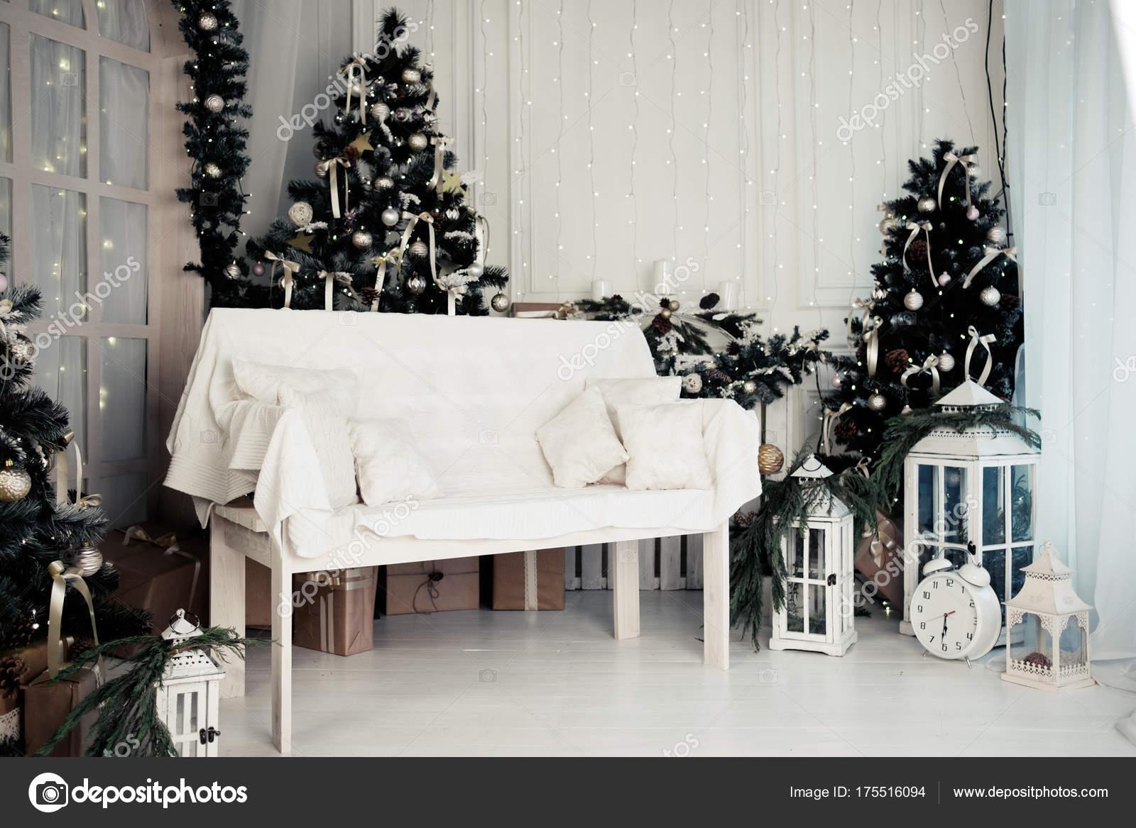 Weihnachts-Studio-Dekoration mit Sitzbank und Weihnachtsbaum ...