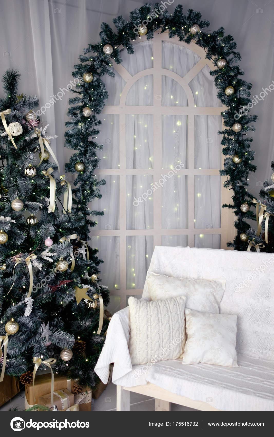 Weihnachtsdekoration-Studio mit Bogen, Bank und ...