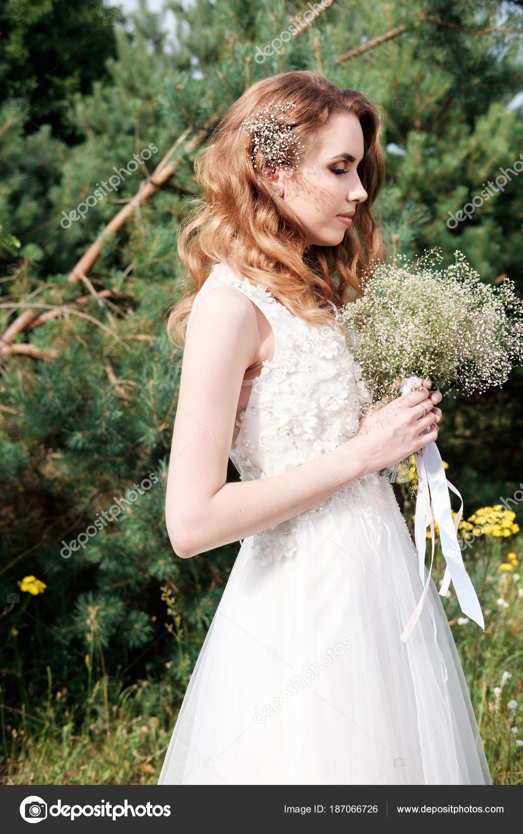 junge hübsche Braut mit geschlossenen Augen in weiße Hochzeit Kleid ...