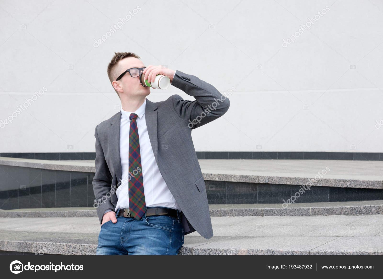 purchase cheap 7a79a 77b58 Uomo d'affari, vestiti in giacca grigia, jeans blu, camicia ...