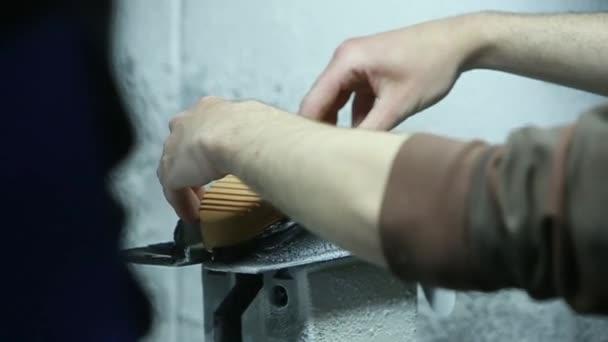 Ayakkabı Boyama Tabanı Ağır çekim El Yapımı Işçilik Stok Video