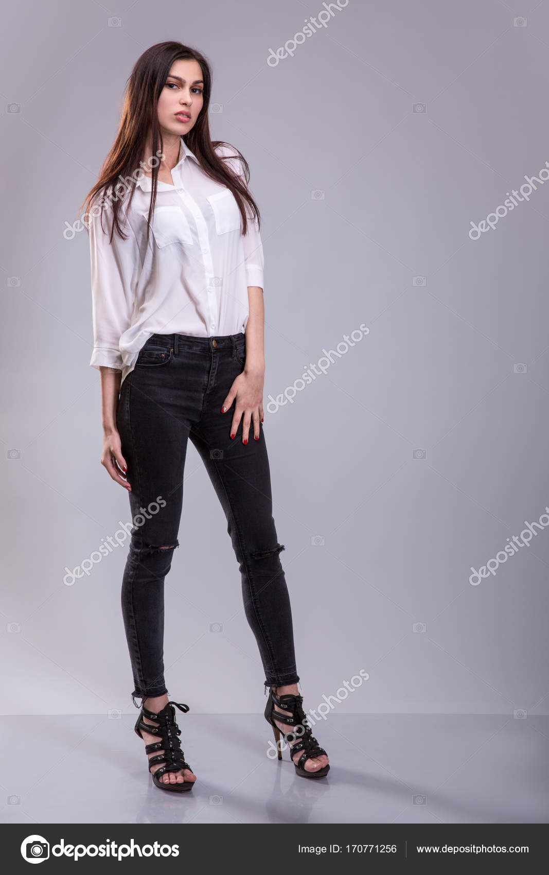 c6b40dbb946 Όμορφη σέξι νέους επαγγελματίες τρίχας Μελαχροινή γυναίκα φοράει λευκή  φούστα και το μαύρο παντελόνι ψηλά τακούνια παπούτσια ρούχα επιχειρήσεων  για ...