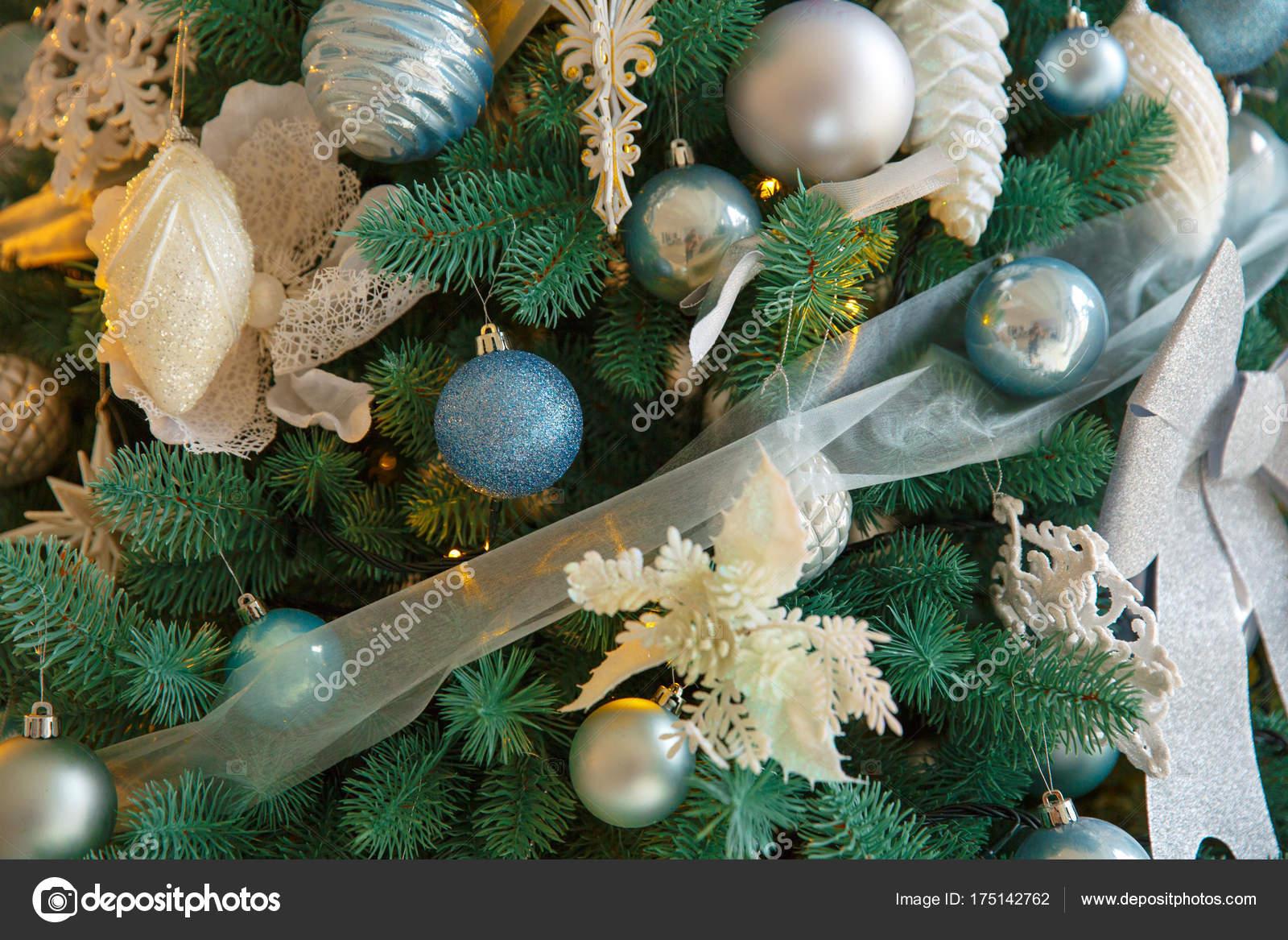 Albero Di Natale Con Decorazioni Blu : Albero di natale con i giocattoli di blu e argento cartolina di