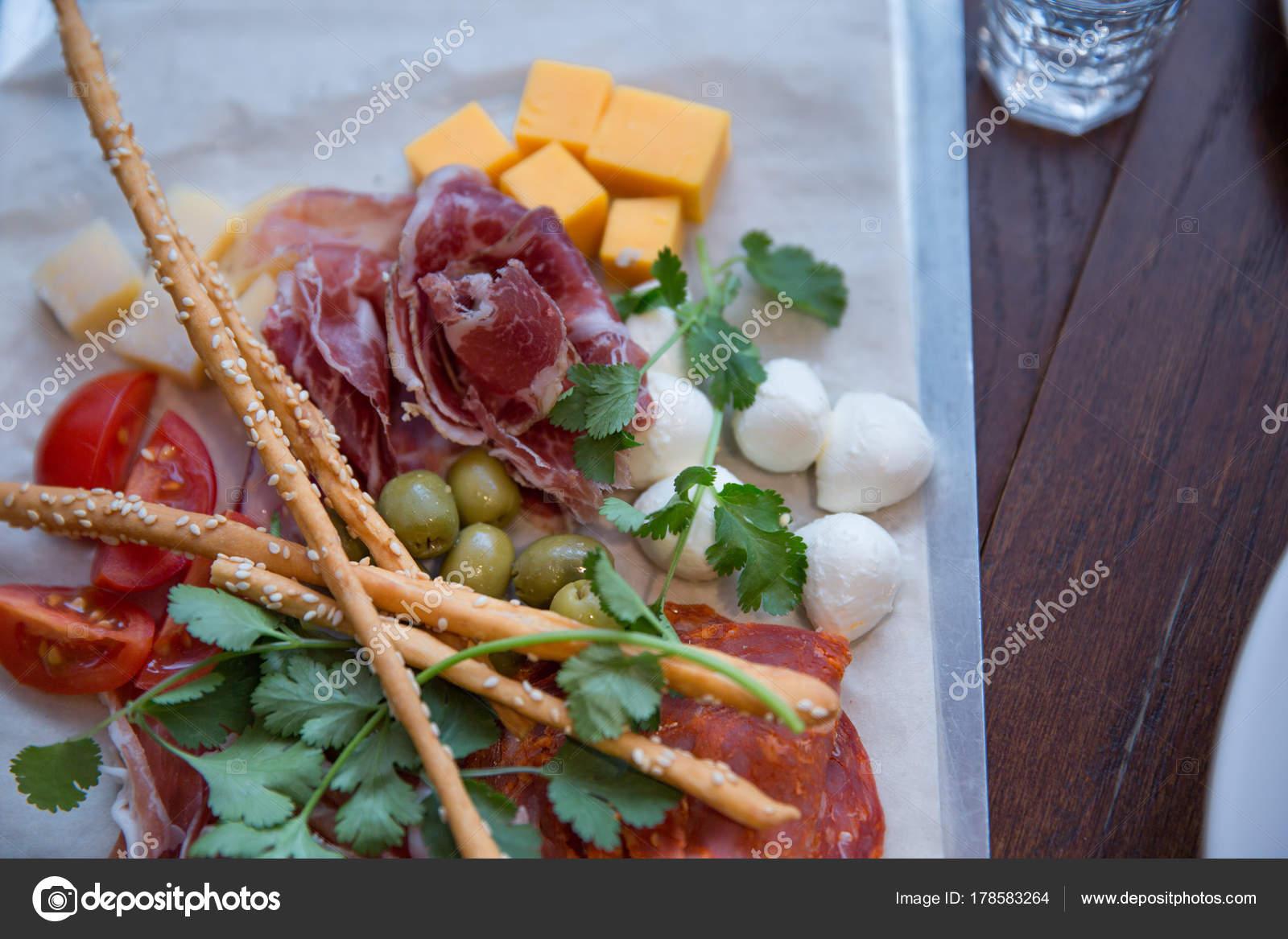 Marmeren snijplank met ham spek salami vlees schotel