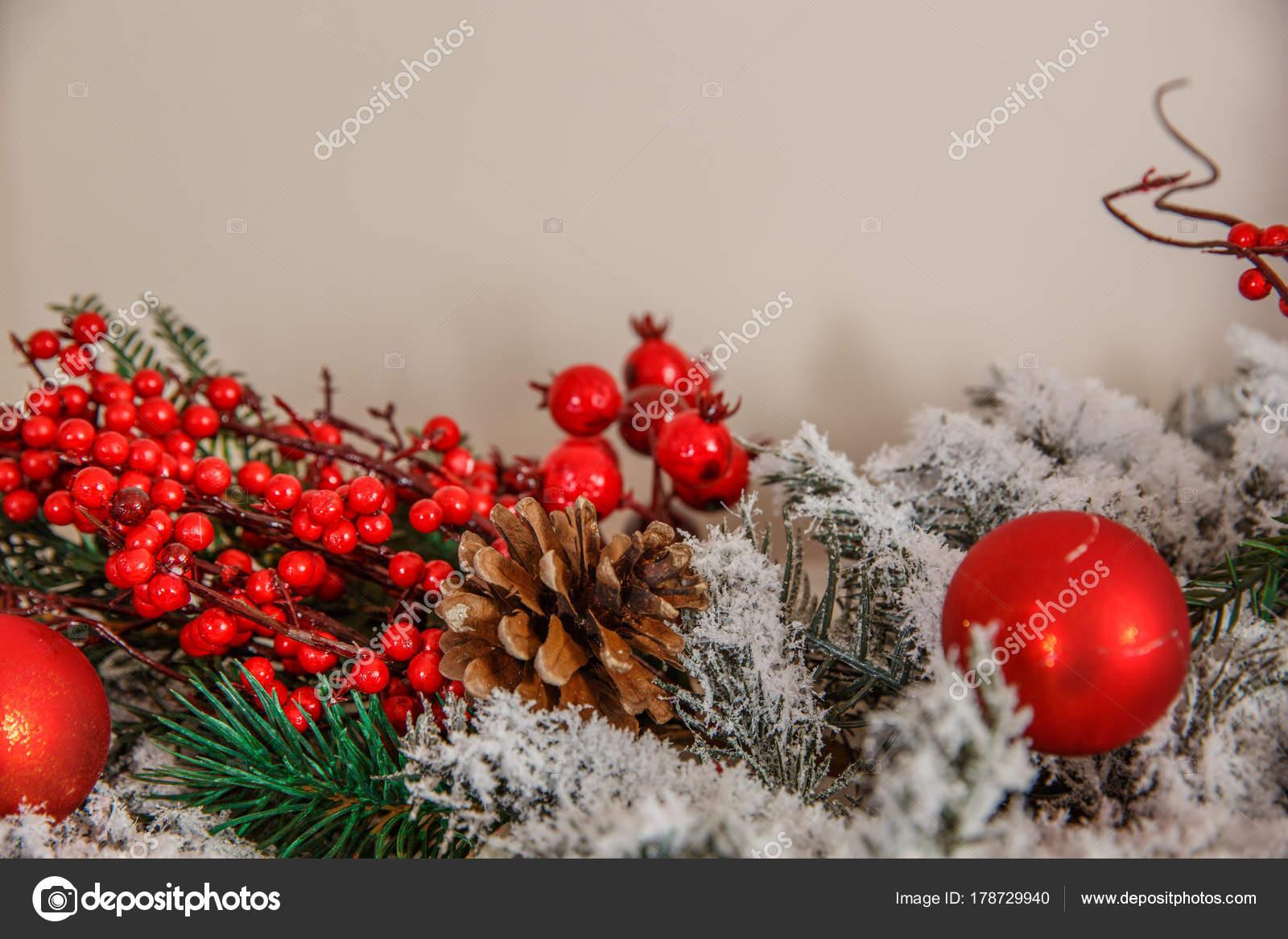 Kerstdecoraties Met Rood : Rode kerstversiering. de hobbels in de sneeuw kerstboom brunch