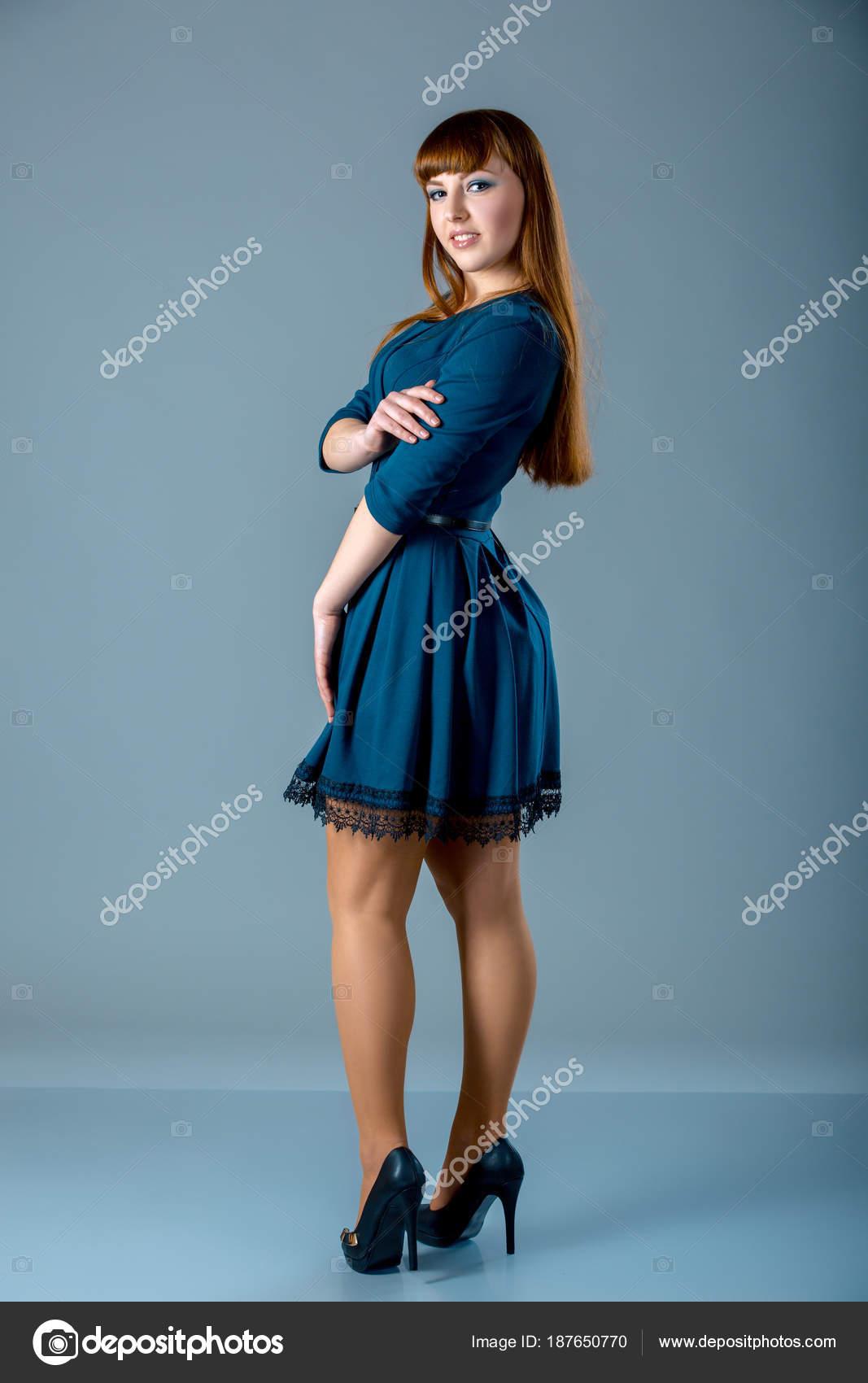 Portrait von ein plus Größe weiblich Rothaarige Model posiert im ...