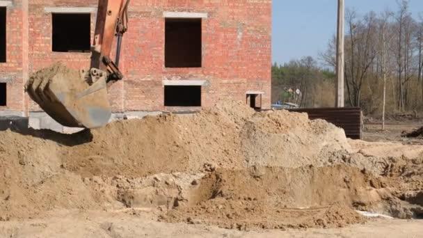 Detailní záběr bagru na staveništi. kbelík kopání země