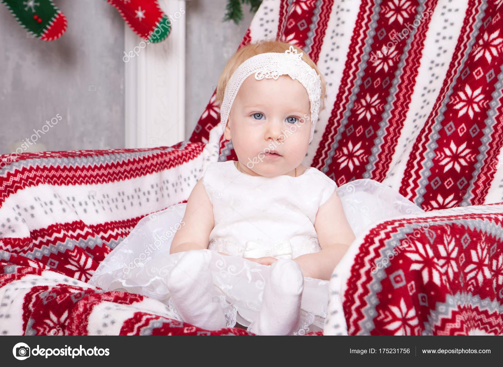 Celebración de Navidad o año nuevo. Niña linda en vestido de fiesta ...