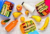 Kufříky s ovocem a nápoji