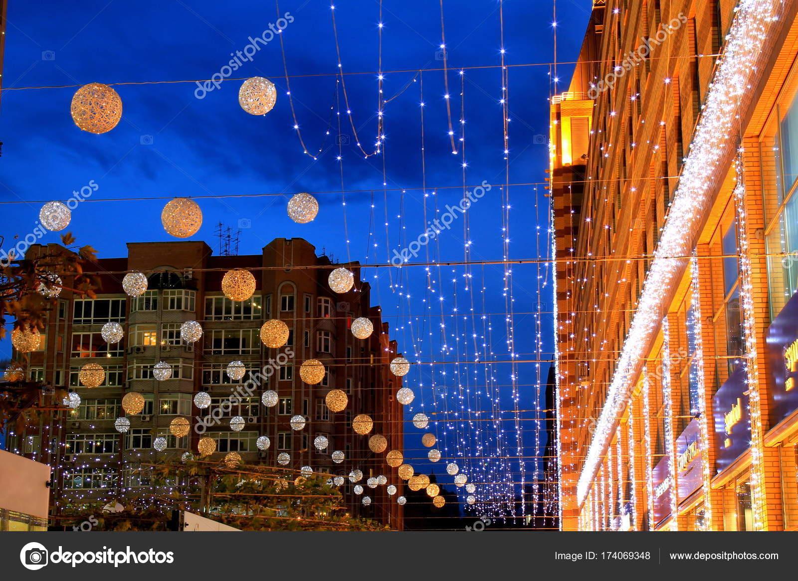 Il bellissimo viale decorato con sfere e illuminazione di notte
