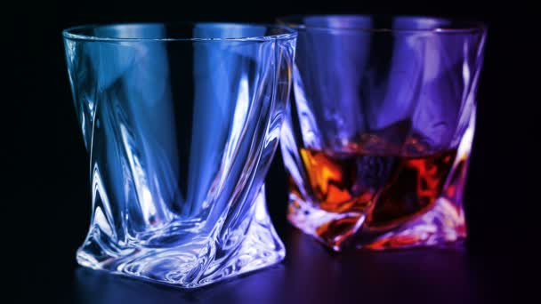 Whisky is töltött egy pohárba, fekete háttér
