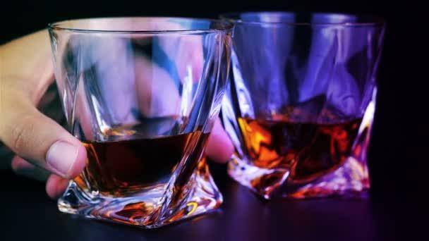 A fiatalember whiskyt ivott, mint a fekete háttér