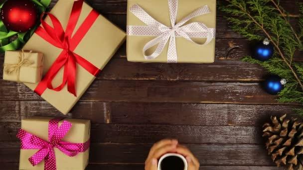 Draufsicht Hände trinken Kaffee Weihnachtsgeschenke Tisch von oben