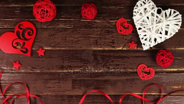 Pohled shora rukou klade obálky na Valentýna na dřevěný stůl z výšky