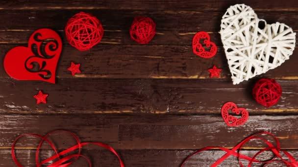 Felülnézet fiatalember díszdobozban feltesz egy fából készült asztal Valentin-nap