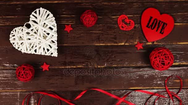 Pohled shora mladý muž dal krabičky na dřevěný stůl Valentýn
