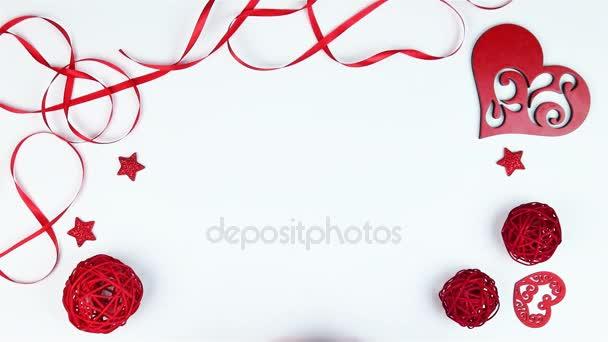 Pohled shora, že mladý muž vloží pole srdce ve tvaru Valentýn na bílém pozadí shora