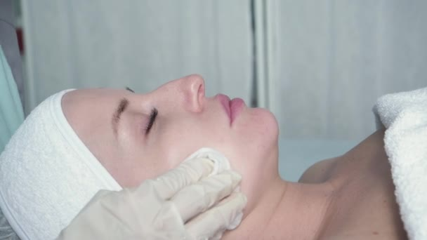 Relaxing and steaming a face with a cloth
