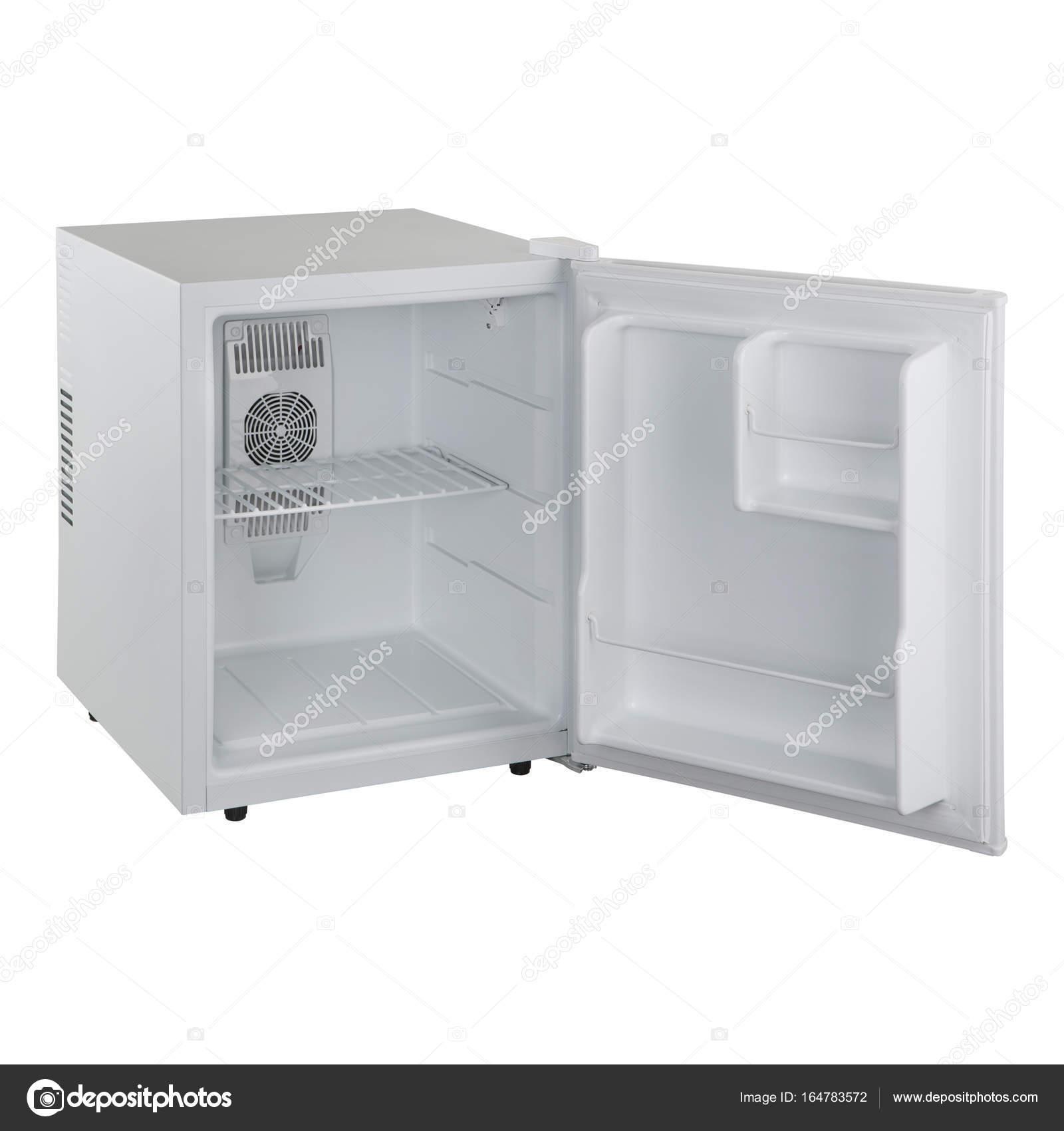 weiße kleine Kühlschrank bei geöffneter Tür auf weißem Hintergrund ...