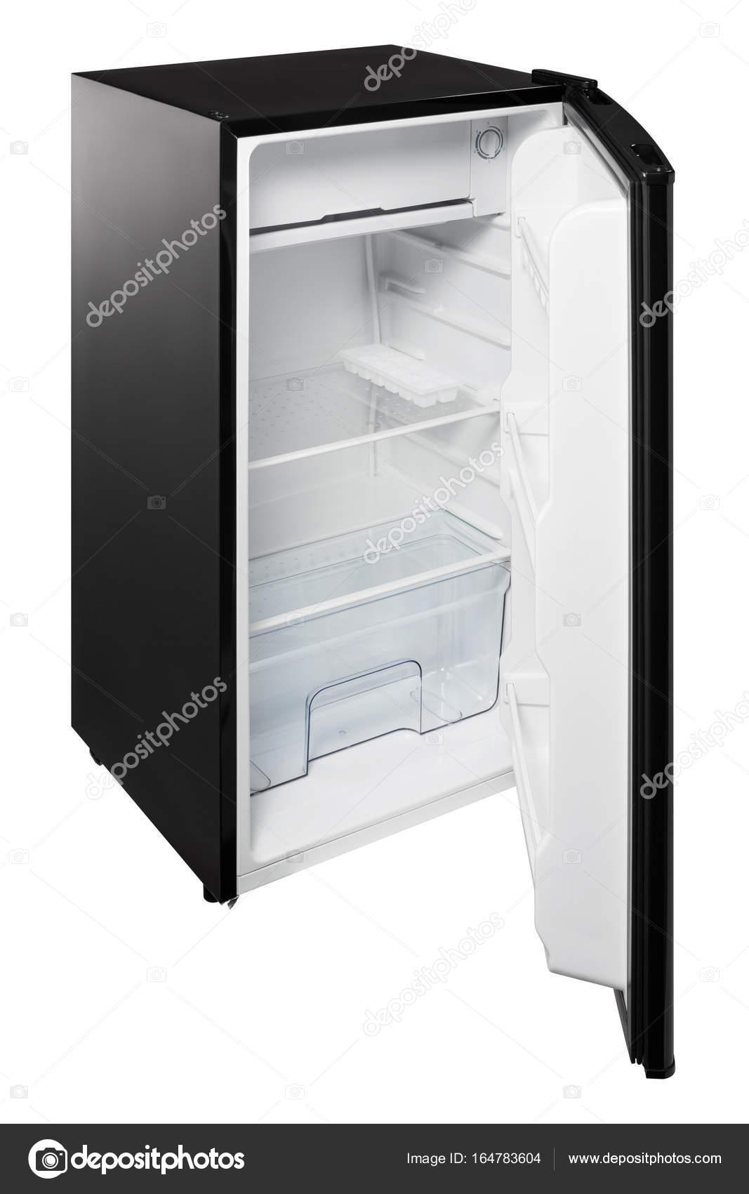 Schwarzer Kühlschrank bei geöffneter Tür auf weißem Hintergrund ...