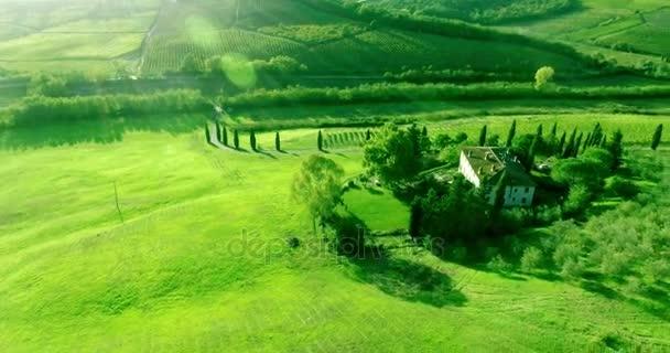 Légi kamera pan napnyugta időpontja: hillside kilátással a toszkán tájban és a völgy.