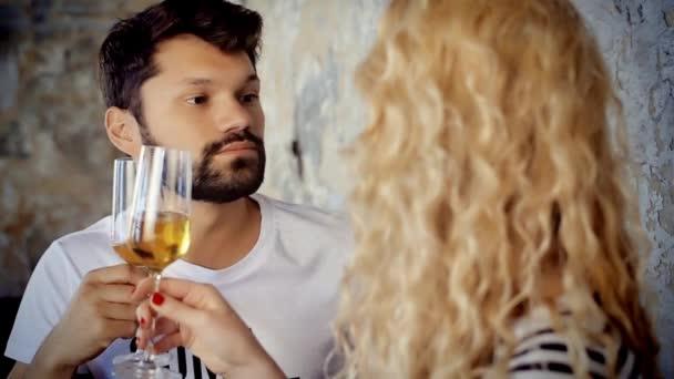 Verrücktes paar gefälschte Schnurrbart und Weingläser mit Champagner. Mädchen dreht den Kopf und schaut in die Kamera