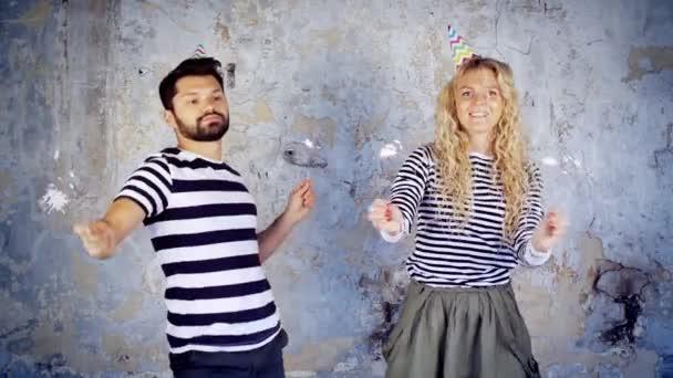 Verruckt Schone Begeistert Junge Paar Tanzen Mit Wunderkerzen In