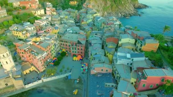 Letecký kamera natočili létající nad jedním z vesnice slavný italský pohled Vernazza, národního parku Cinque Terre, Ligurie Itálie Evropa