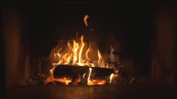 Zpomalený pohyb dřevem v krbu. Teplé příjemné oheň v krbu. Plné Shot