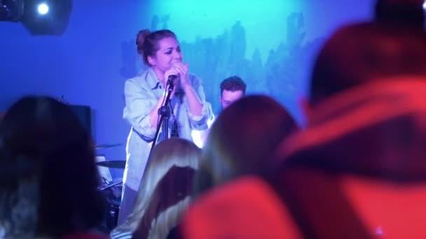 Rockový zpěvák zpívá na jevišti hudební výkon, koncert rockové skupiny indie rock, pop-rocková, live show, zpomalené