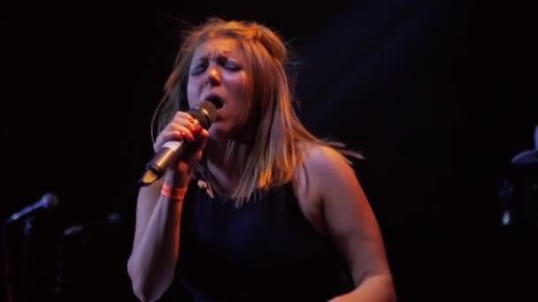 Zpěvák rockové skupiny má emocionální zpěvem na pódiu během hudební vystoupení, live show, pomalý pohyb