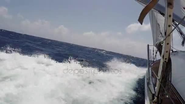 POV vitorlás yacht nyári nap a tengeri hajózás. Turizmus, szabadtéri tevékenységekhez. Vitorlázás, a szél, a hab hullámok