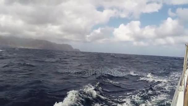 Skvělé krajina, krajina. Loď, houpání v Blue Sea. Cesta na jachtě, dovolená. POV