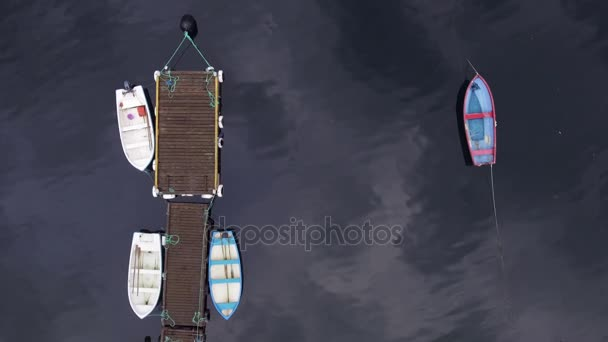 Moře dok s vodní dopravou. Letecký snímek. Rybářské lodě jsou zaparkovaná podél v jednom řádku na molu