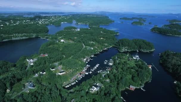 Panoramatický pohled shora na malé město na ostrovech norský fjord. Krásná příroda, krajina