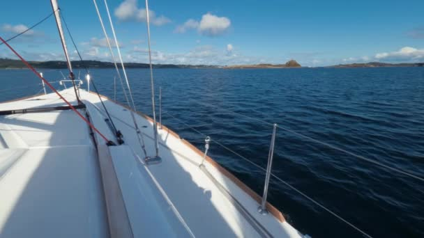 Akční snímek. Někdo stál na palubě krásné bílé jachty se těší na výlet po moři, výletní