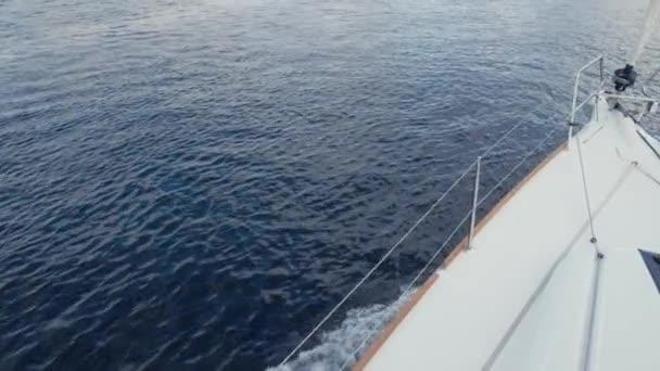 Přední paluba vyplutím jachty při cestování po moři, moře. Vlny porazit na palubě lodi. Zpomalený pohyb