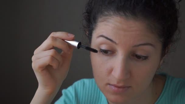 Brunette girl apply mascara