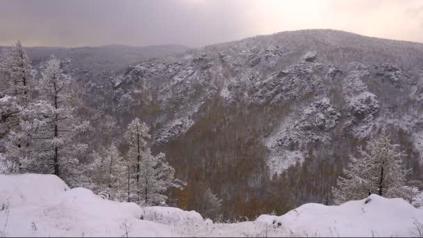 Vánoční krajina v horách sněhu stromy v jinovatce
