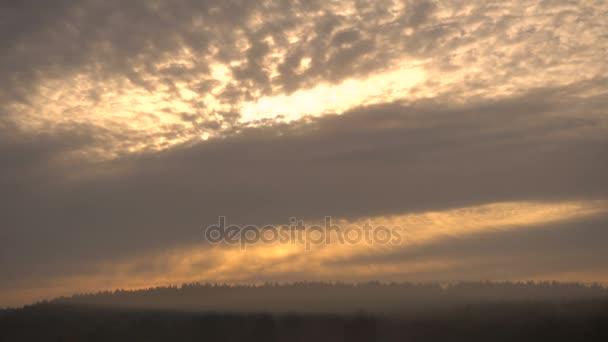 Čas kola pohybující Clouds.sky krásné mraky za svítání na podzim.