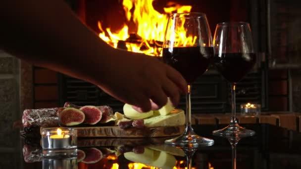Ruku zvedne skleničku červeného vína