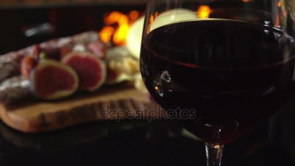 sklenice červeného vína na pozadí občerstvení