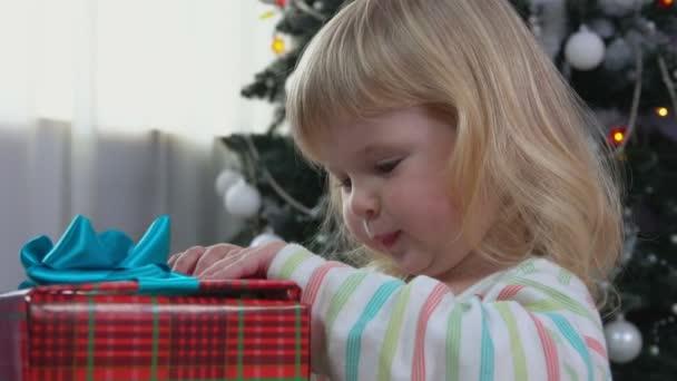 kleines Mädchen eröffnet Neujahrsgeschenk