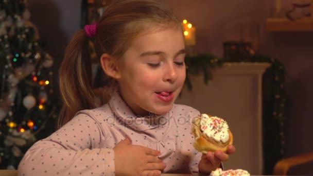 kislány eszik fahéj tekercs