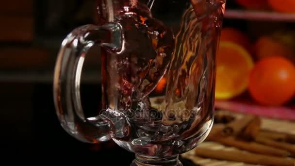 Glanz wird in eine Tasse gegossen