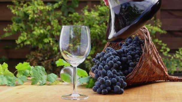 Vino viene travasato in una caraffa di vetro