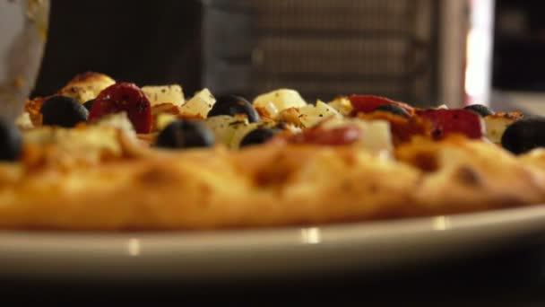 Closeup vařit kousky pizzy na talíři