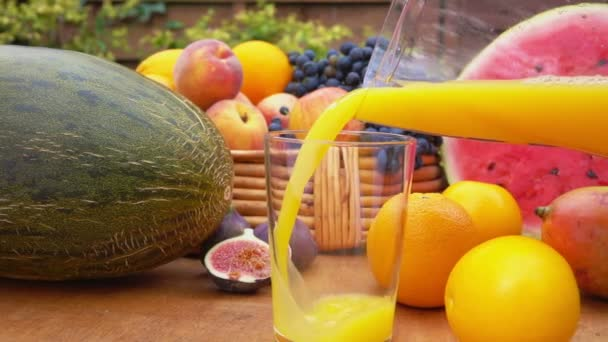 pomerančová šťáva se nalije do sklenice